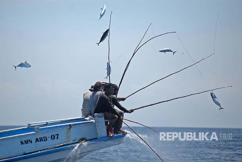 Nelayan Larantuka memancing ikan Cakalang di perairan Flores, NTT