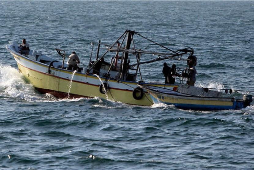 Nelayan Palestina melaut mencari ikan (ilustrasi)