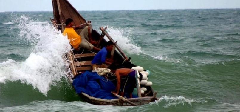 Nelayan tradisional tengah berjuang melawan gelombang laut Bengkulu.