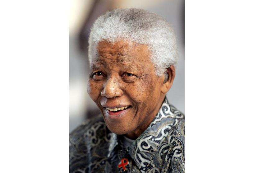 Nelson Mandela mengenakan batik saat diabadikan di  pada tahun 2005.  (EPA/Jon Hrusa)