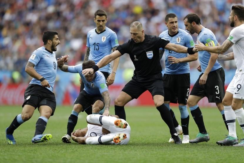 Nestor Pitana (tengah) saat memimpin pertandingan Uruguay vs Prancis di Piala Dunia 2018.
