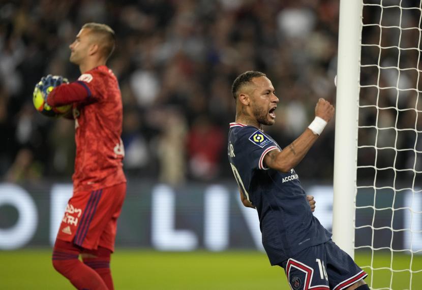 Pemain PSG Neymar merayakan setelah mencetak gol pertama timnya selama pertandingan sepak bola Liga Satu Prancis antara Paris Saint-Germain dan Lyon di Parc des Princes di Paris, Ahad (19/9/2021).