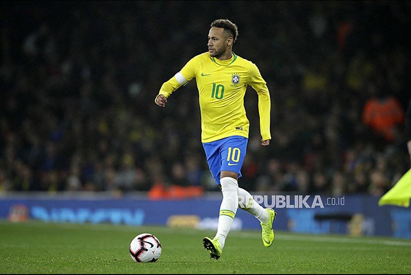 Neymar Jr mengontrol bola pada laga persahabatan antara Brazil melawan Uruguay di Emirates Stadium, London, Sabtu (17/11) dini hari.