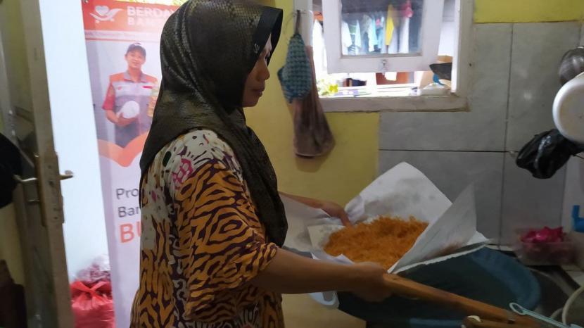 Nia adalah salah satu penerima manfaat dari BUMMas Ash-Shiddiq Ratujaya yang memiliki usaha bawang goreng.