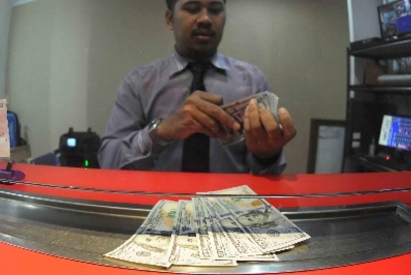 Nilai tukar rupiah terus melemah melawan dolar AS.