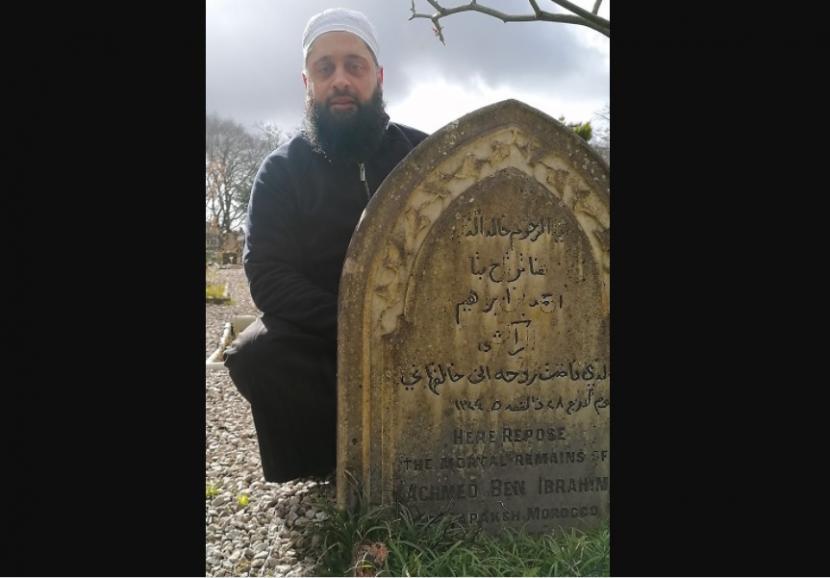 Nisan makam Ben Ibrahim yang ditemukan di Liverpool.