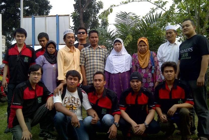 NOC Medan berfoto bersama para tuna netra.