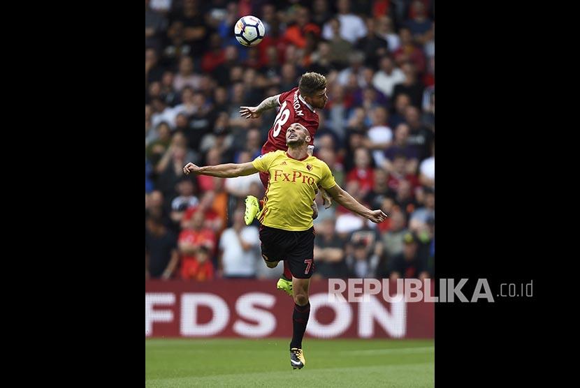 Nordin Amrabat (bawah) dan Alberto Moreno (atas) pada pertandingan Liga Inggris antara Watford dan Liverpool di Watford, Inggirs, Sabtu (12/8)