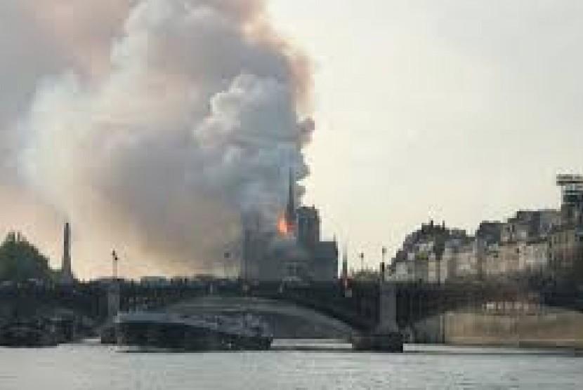 Notre-Dame kebakaran.
