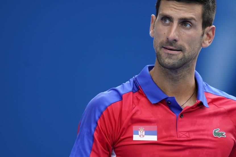 Novak Djokovic, dari Serbia, berjalan di lapangan selama pertandingan tenis putaran kedua melawan Jan-Lennard Struff, dari Jerman, di Olimpiade Musim Panas 2020, Senin, 26 Juli 2021, di Tokyo, Jepang.