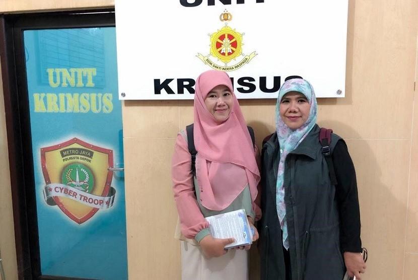 Novelis Asma Nadia (kiri) ditemani kakaknya Helvy Tiana Rosa (kanan) melaporkan seorang warganet, JanieNya Hearteu ke polisi karena menudingnya sebagai penyembah hoax dan HTI.