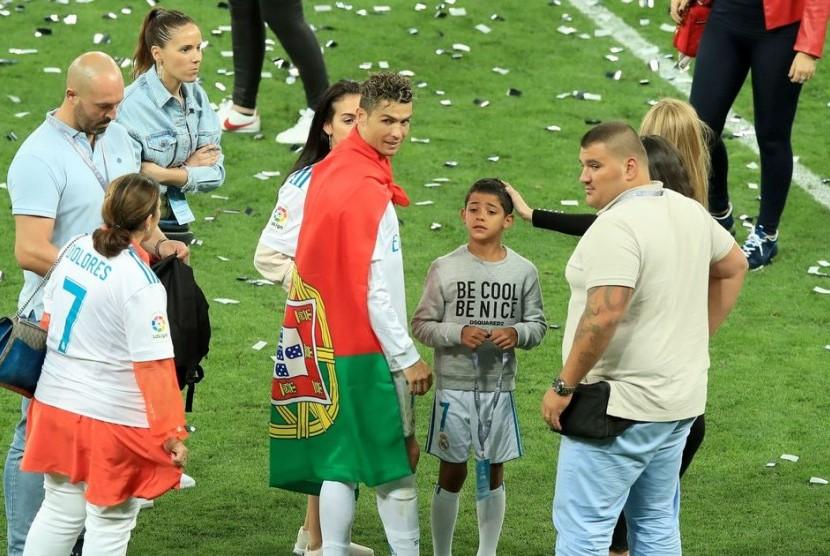 Nuno Marecos dan Goncalo Salgado terlihat menjaga Christiano Ronaldo saat merayakan kemenangan Real Madrid menjadi juara Liga Champions di Kiev, Ukraina beberapa waktu lalu