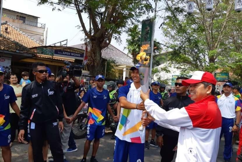 Obor Asian Games 2018 tiba di Kabupaten Purwakarta, disambut oleh Ketua KONI setempat Dedi Mulyadi, untuk dibawa ke lingkungan Pemkab Purwakarta, Jumat (11/8).
