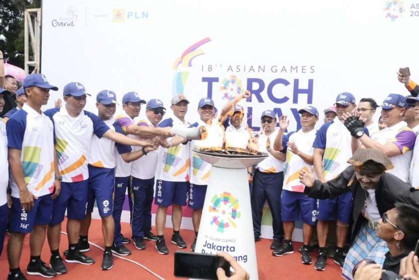 Obor Asian Games 2018 Tiba di pendopo Kota Garut, Minggu (12/8). Setelah di kirab obor si semayamkan di pendopo semalam. Esok dibawa ke kota Cianjur, Jawa Barat