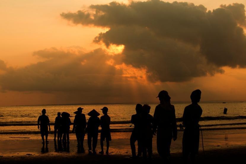 Obyek wisata pantai Pangandaran ramai dikunjungi wisatawan saat liburan.
