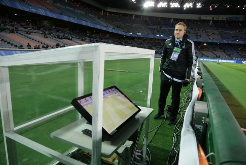 Ofisial FIFA mengecek Video Assistan Referee (VAR) pada pertandingan Piala Dunia Antarklub 2016.