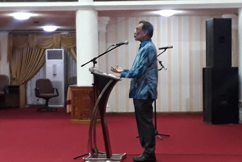 Tokoh nasional Malaysia, Dato' Seri Anwar Ibrahim saat memberi kuliah umum di Padang, Sumatra Barat, Sabtu (27/10)..