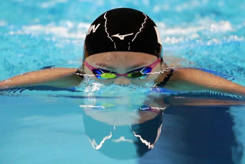 Olahraga berenang.