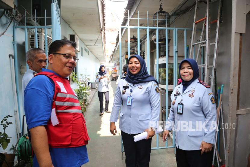 Ombudsman Republik Indonesia (ORI) yang diwakili oleh Ketua Ombudsman Adrianus Meliala (tengah) melakukan inspeksi mendadak (sidak) ke Rutan Kelas II-A Pondok Bambu, Jakarta Timur,Jakarta, Jumat (7/6/2019).