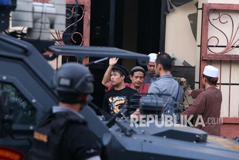Napi kasus terorisme keluar dari rutan Brimob saat menyerahkan diri di Rutan cabang Salemba, Mako Brimob, Kelapa Dua, Jakarta, Kamis (10/5).