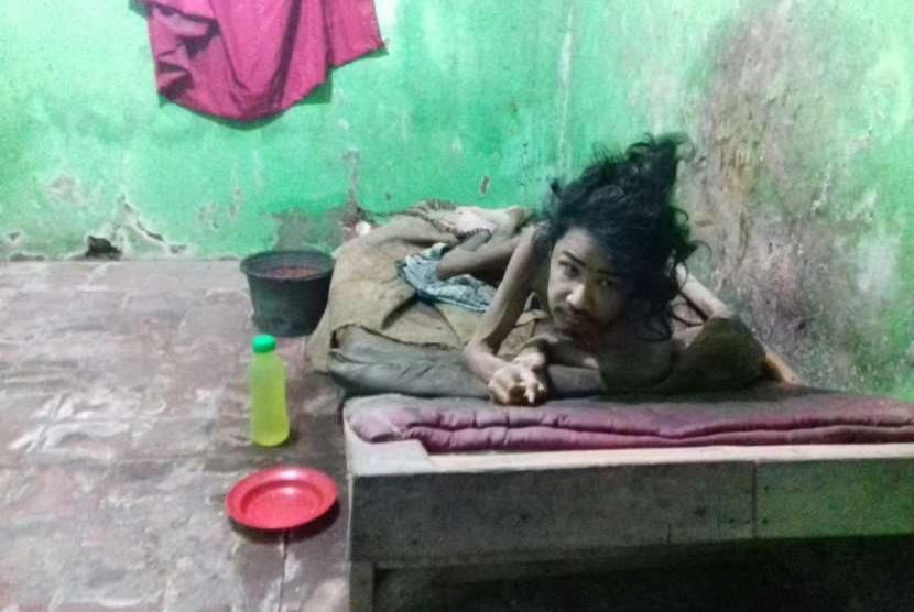 Orang dengan Gangguan Jiwa (ODGJ), Asep Kosasih, yang dipasung di Kampung Somang, Parung Panjang, Kabupaten Bogor, Jumat (12/10)..