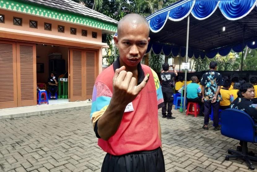 Orang Dengan Gangguan Jiwa (ODGJ) seusai melakukan pemilihan umum di TPS 079 di Panti Sosial Bina Laras 2 Cipayung, Jakarta Timur.