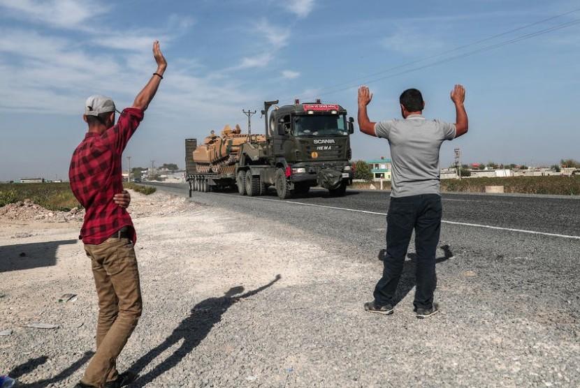 Kendaraan militer Turki membawa tank sedang dalam perjalanan ke Suriah Utara untuk operasi militer di daerah Kurdi, dekat perbatasan Suriah, dekat distrik Akcakale di Sanliurfa, Turki (14/15/2019).