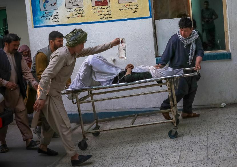 Orang-orang membawa seorang gadis yang terluka ke rumah sakit setelah ledakan di pusat kota Kabul, Afghanistan, 8 Mei 2021. Membiarkan sistem layanan kesehatan Afghanistan runtuh akan menjadi bencana. Ilustrasi.