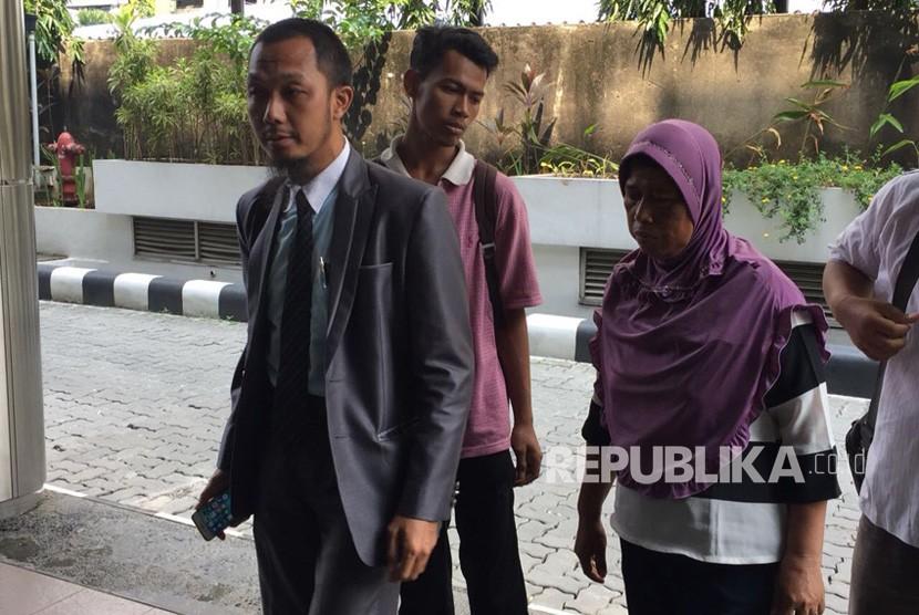 Orang tua dari korban tewas dalam acara bagi-bagi sembako di Monas, melaporkan Ketua Panitia Acara Untukmu Indonesia ke Bareskrim KKP Gambir Jakarta Pusat, Rabu (2/5), didampingi kuasa hukumnya.
