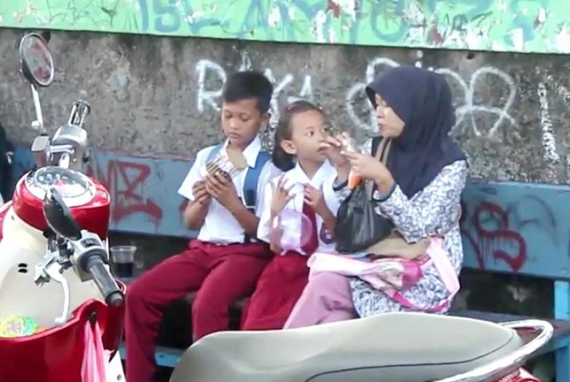 Orang tua mengantar anak ke sekolah