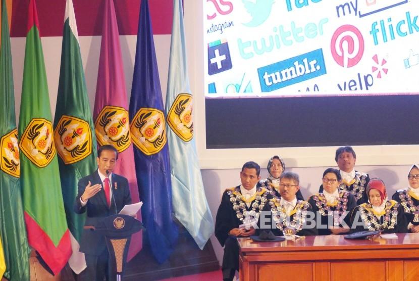 Orasi Ilmiah Presiden RI Joko Widodo (Jokowi) pada puncak perayaan Dies Natalis ke-60 Unversitas Padjadjaran (Unpad), di Graha Sanusi Hardjadinata, Kampus Unpad, Kota Bandung, Senin (11/9).