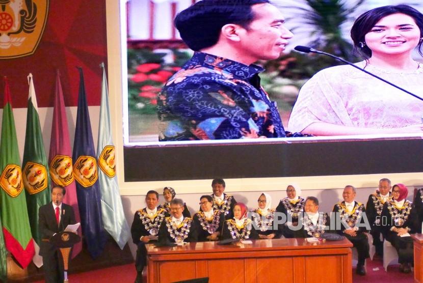 Orasi Ilmiah Presiden RI Joko Widodo pada puncak perayaan Dies Natalis ke-60 Unversitas Padjadjaran (Unpad), di Graha Sanusi Hardjadinata, Kampus Unpad, Kota Bandung, Senin (11/9).