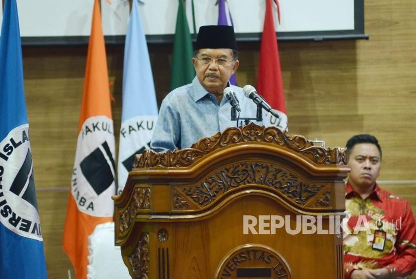 Orasi ilmiah Wakil Presiden RI Muhammad Jusuf Kalla pada Sidang Terbuka Senat Universitas Islam Bandung (Unisba) dalam rangka Milad ke-60 Unisba, di Aula Unisba, Kota Bandung, Sabtu (17/11).