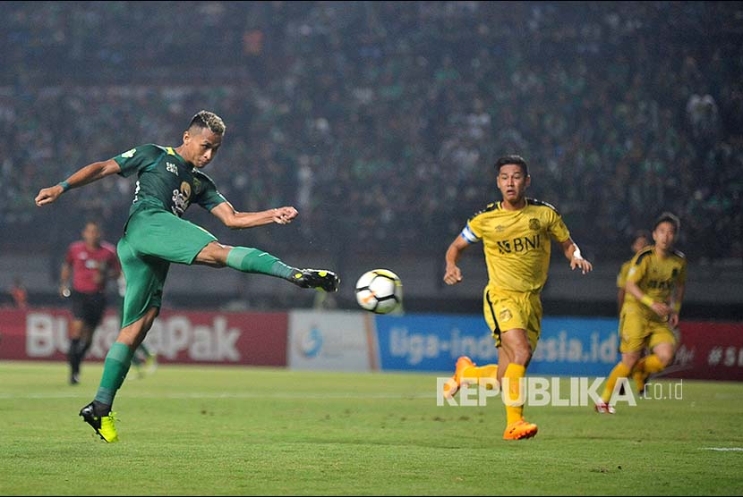 Osvaldo Ardiles Haay (kiri) melepaskan tendangan ke arah gawang Bhayangkara FC  pada laga lanjutan Liga 1 Indonesia di Stadion Gelora Bung Tomo (GBT) Surabaya, Jawa Timur, Senin (26/11