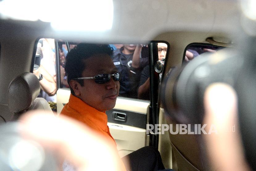 OTT KPK. Ketum PPP Romahurmuziy mengenakan rompi tahanan usai menjalani pemeriksaan di KPK, Jakarta, Sabtu (16/3/2019).