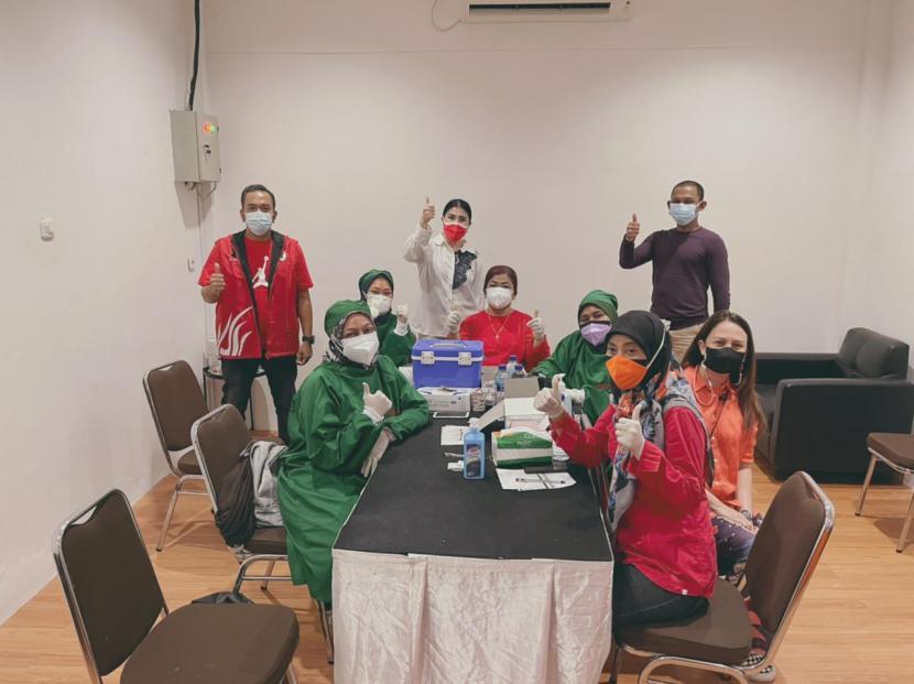 Owner Winstelle Skincare Riris Riska Diana SST MH Kes menyediakan gerai vaksin untukmelayani ribuan warga yanghendak divaksin Covid-19 di Kota Depok pada 5-8 Agustus 2021.