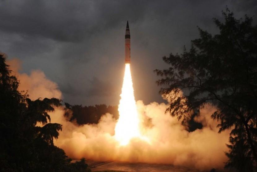 Pada 2013 India berhasil meluncurkan dua rudal nuklir yang bisa mencapai Cina dan Eropa.