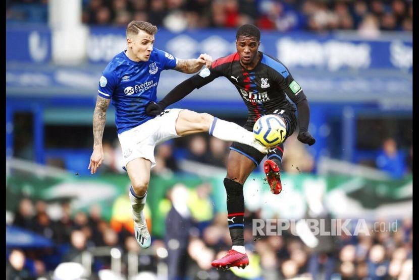 Lucas Digne Terancam Absen Lama Bela Everton karena Cedera