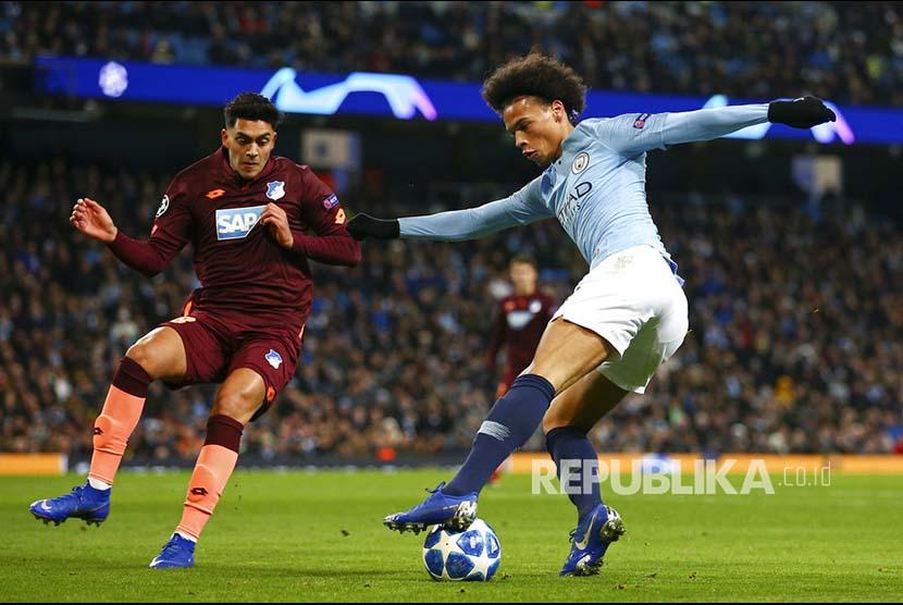 Gelandang City Leroy Sane menggocek bola dari adangan gelandang Hoffenheim Nadiem Amiri, pada laga Grup F Liga Champions UEFA antara Manchester City melawan Hoffenheim di Etihad Stadium, Manchester, Inggris, Rabu (13/12) malam.