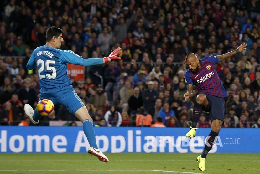 Arturo Vidal mencetak gol terakhir tuan rumah pada laga Liga Spanyol antara Barcelona FC melawan Real Madrid di Camp Nou, Barcelona, Ahad (28/10).