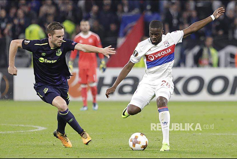 Pemain Everton Gylfi Sigurdsso (kiri) membayangi pemain Lyon Tanguy Ndombele (kanan) pada pertandingan Grup E Liga Erupa di Stadion Lyon, Perancis, Jumat (3/11) dini hari