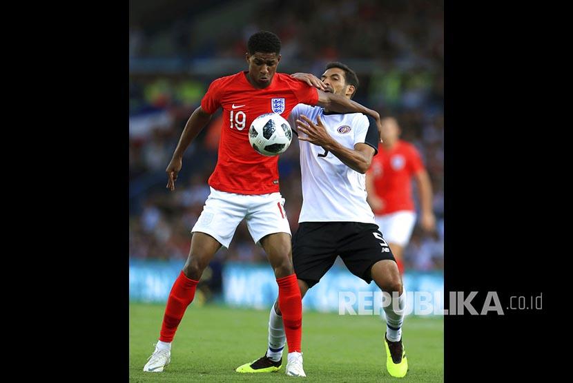 Marcus Rashford,Ikiri) dan Celso Borges (kanan) berduel pada pertandingan persahabatan antara Inggris melawan Kostarika di  Elland Road, Leeds, Inggris, Jumat (8/6) dini hari,