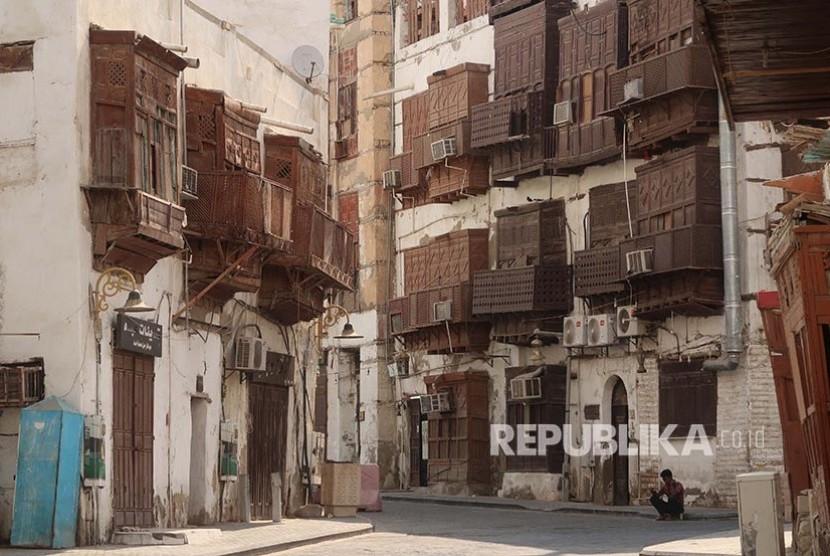 5 Tempat Wisata Paling Instagrammable di Arab Saudi. Pada 2014 Kota Tua Jeddah Al Balad, menjadi situs World Heritage UNESCO. Al Balad diisi dengan rumah-rumah berdesain rumit yang dibangun menggunakan karang dari Laut Merah.
