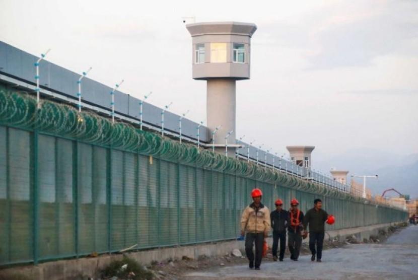 Pagar penjagaan di kamp penahanan, yang secara resmi disebut pusat pendidikan keterampilan di Xinjiang untuk Muslim Uighur.