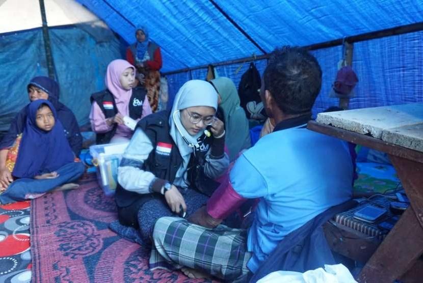Pagi ini (10/8), tim medis LMI memeriksa warga di dalam tenda.