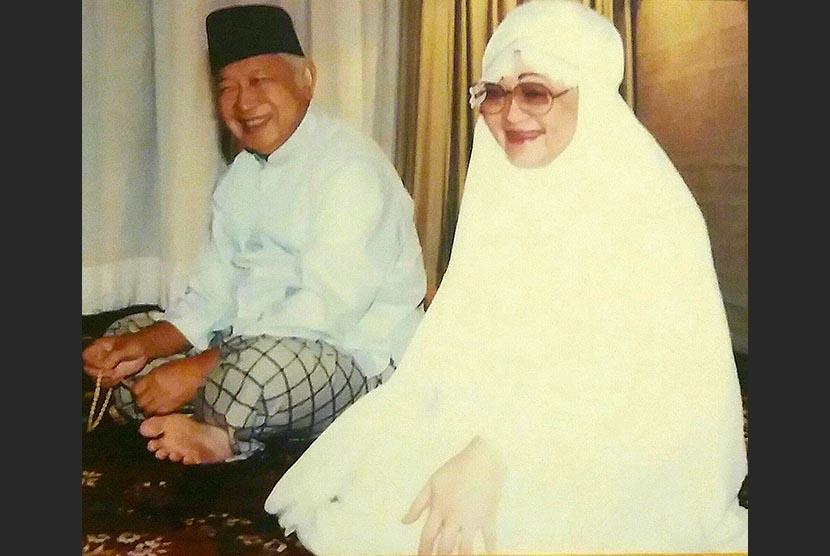 Pak Harto dan ibu Tien di Arafah, Makkah, tahun 1991.
