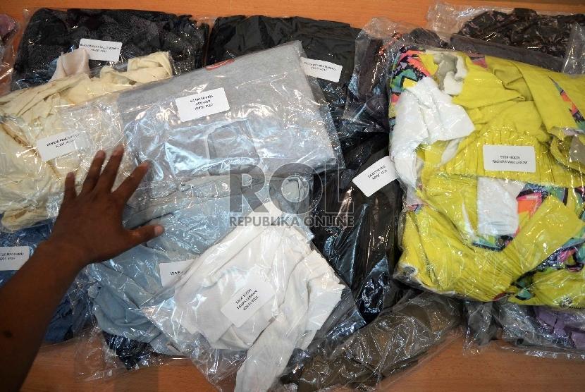 Pakaian bekas diperlihatkan saat konpers di Kemendag, Jakarta, Rabu (4/3). (Republika/ Yasin Habibi)