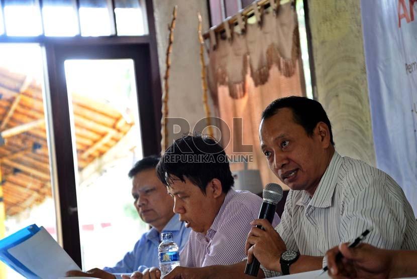 Emrus Sihombing (kiri).