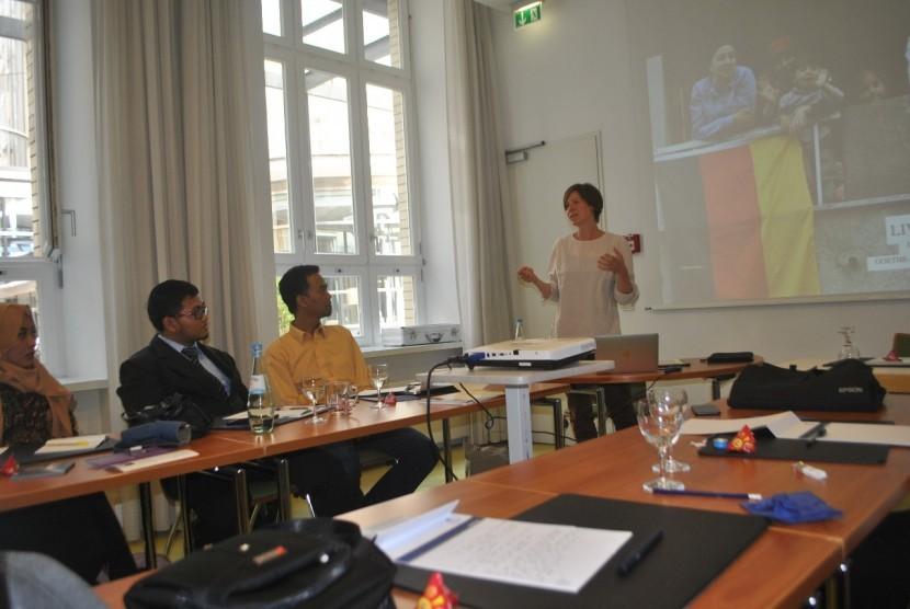 Pakar Islam asal Jerman, Susanne Kaiser (baju putih) saat berdiskusi dengan para peserta program studi Life of Muslims in Germany, Selasa (17/7).