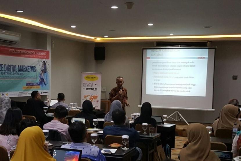 Kepala Operasional  Republika Online (ROL) Slamet Riyanto mengisi seminar mengenai pentingnya digital marketing bagi para travel Muslim, di Jakarta, Ahad (18/2).